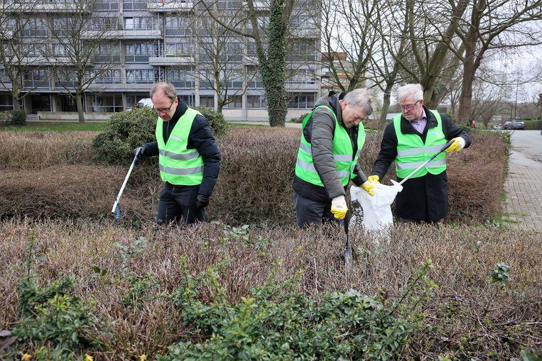 De schepenen van Dilbeek, Beersel en Sint-Pieters-Leeuw en het stadsbestuur van Halle geven alvast het goede voorbeeld en ruimen zwerfvuil in Ruisbroek.