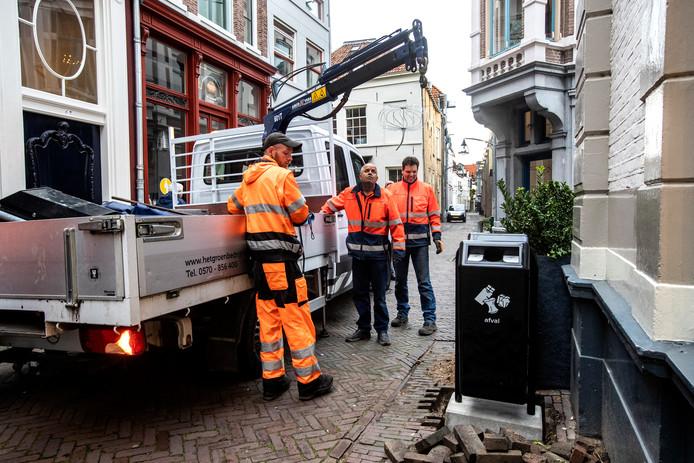 In de Assenstraat wordt een nieuwe prullenbak geplaatst, met aan de zichtbare kant een kleine opening voor recyclebaar afval. Restafval moet er aan de andere kant worden ingegooid.