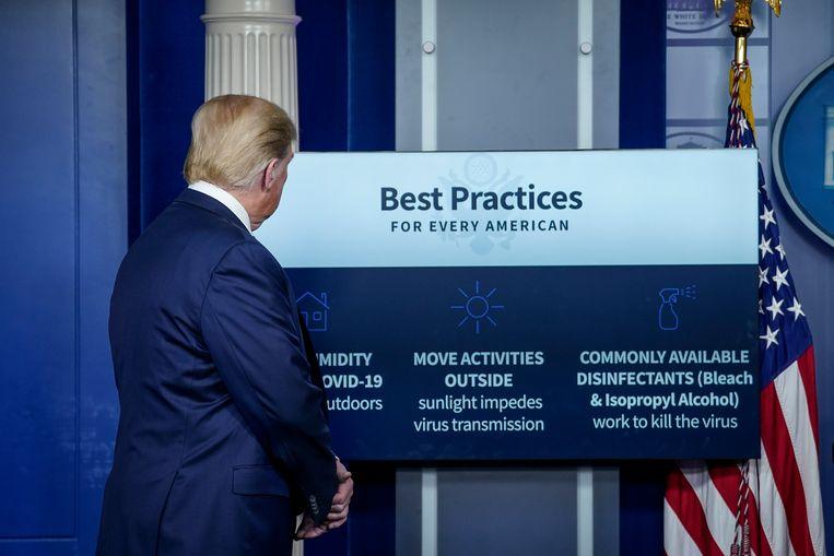 Trump geeft uitleg over hoe corona te bestrijden. Beeld Getty Images