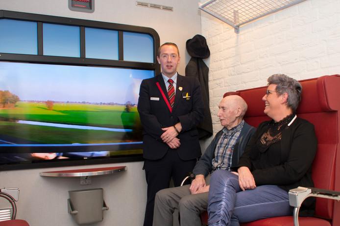 De fictieve treincoupé in het verpleeghuis Zonnekamp in Steenwijk werd geopend door NS-conducteur Tmmy Kuster en bijzijn van genodigden.