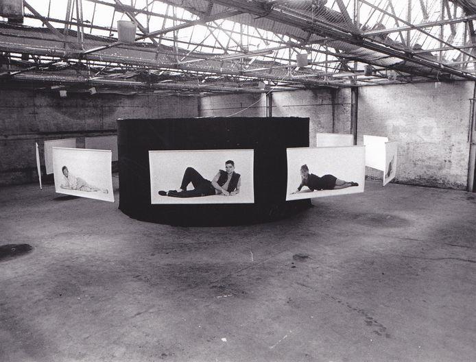 Beeld van een expositie van Zesde Kolonne in de hal van Aktiviteitencentrum 2B.
