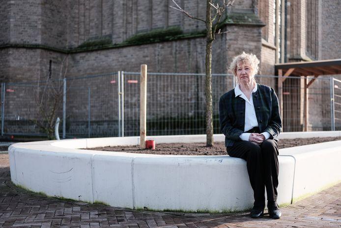 Agnes Schotgerrits van Burgers Eerst bij een nieuwe bak bij de Mariakerk waarin bomen worden geplant. Op andere plekken in Didam worden kleinere bakken gebruikt die  volgens Schotgerrits niet diep genoeg zijn om er bomen in te laten groeien.