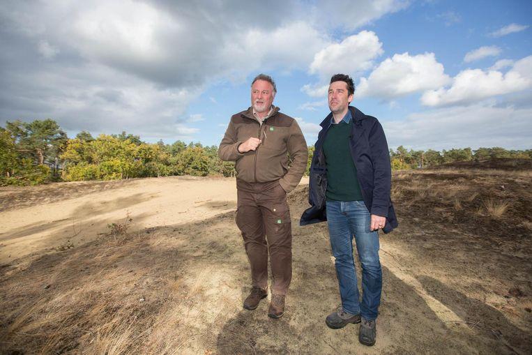 Boswachter Eddy Ulenaers en nieuwsanker Freek Braeckman in de natuur van Hechtel-Eksel.