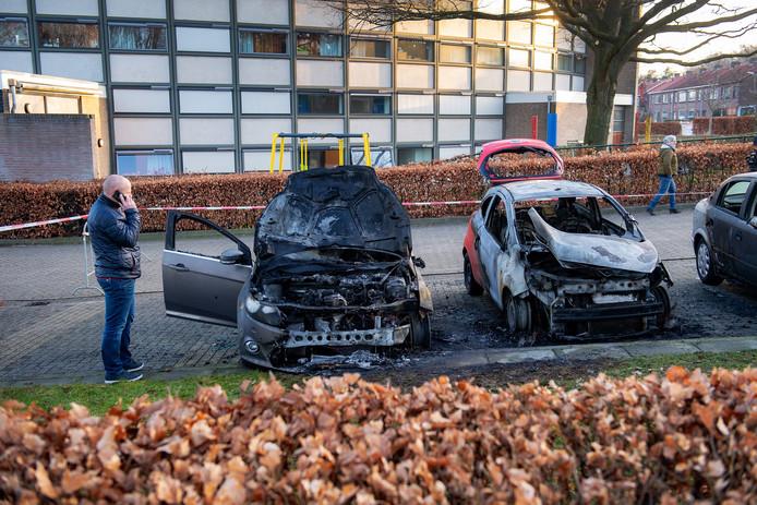 Richard van Oers bij zijn uitgebrande auto's aan de Daniëlsweg.