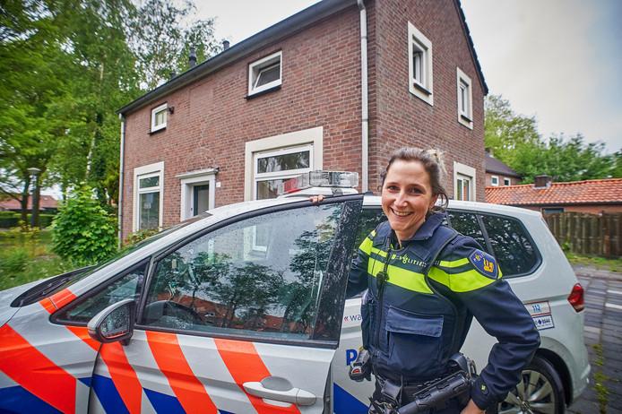 Wijkagente Janine van der Steenhoven voor haar pop-up kantoor aan de Peperstraat in Uden.