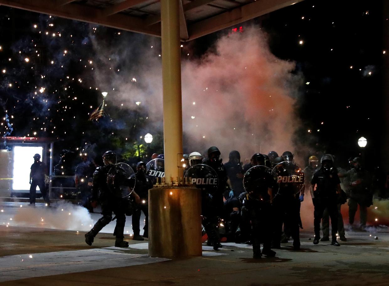 De politie treedt hard op tegen demonstranten in Minneapolis. Beeld REUTERS