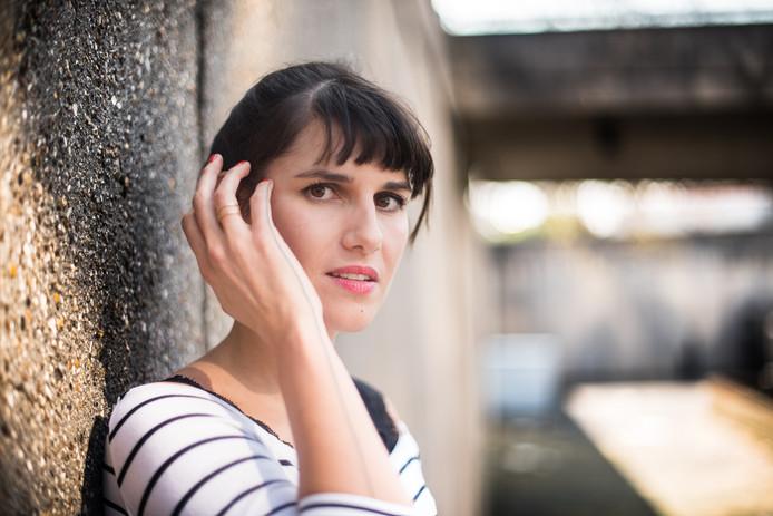 """Myriam Leroy a écrit un roman, """"Les yeux rouges"""", inspiré de son expérience"""