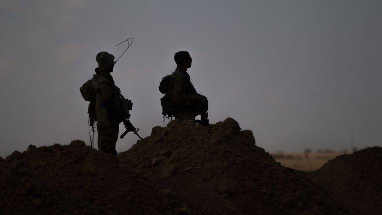 Israëlische soldaten kijken op een heuvel uit op de Gazastrook. Beeld epa