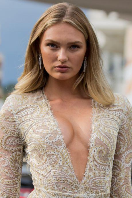 Gravin Eloise in badjas de deur uit en Romee filmt bikinilijf in Scheveningen