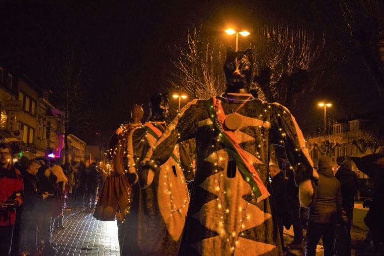 De verlichte Katse reuzen mochten de carnavalsstoet openen.