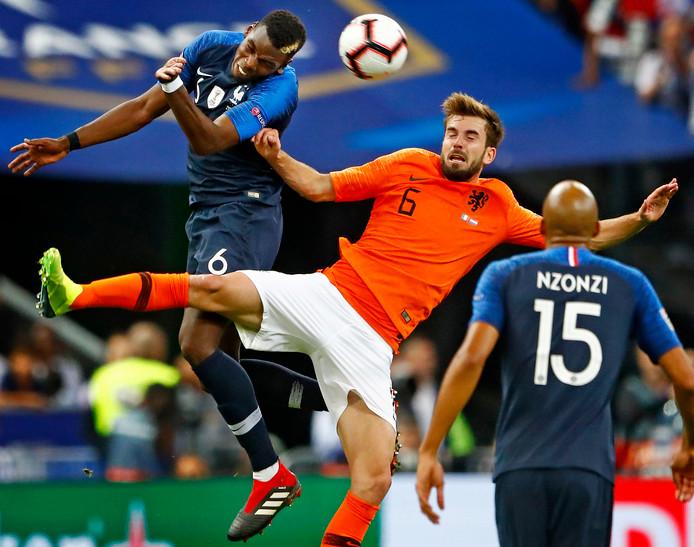 Oranje verloor zondag met 2-1 in Frankrijk. Hier verliest Davy Pröpper een luchtduel van Paul Pogba.