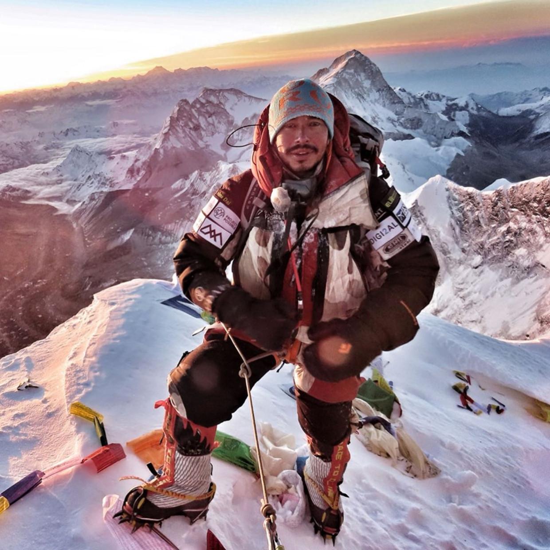 Nirmal Purja op de top van de Mount Everest. Beeld Nirmal Purja / Project Possible