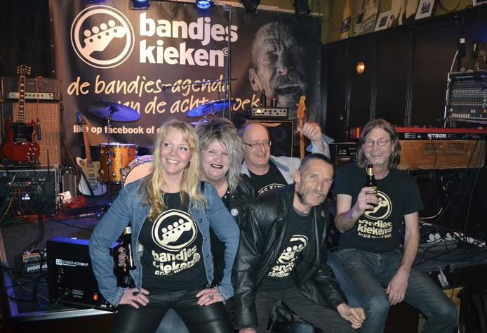 Bandjes kieken-vertegenwoordigers bij Irish Pub Home te Eibergen: v.l.n.r: Lucy van Wijk, Hermien ten Dolle, Michel Engelbarts, Gerard Ravesloot en Paul Heutinck.