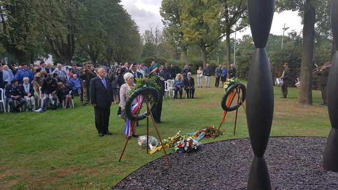 Jeroen Stam (links), Nelly van Erp - Meesters, veteraan Hans Josemans en majoor Marco Kroon tonen hun eerbied voor de gesneuvelden