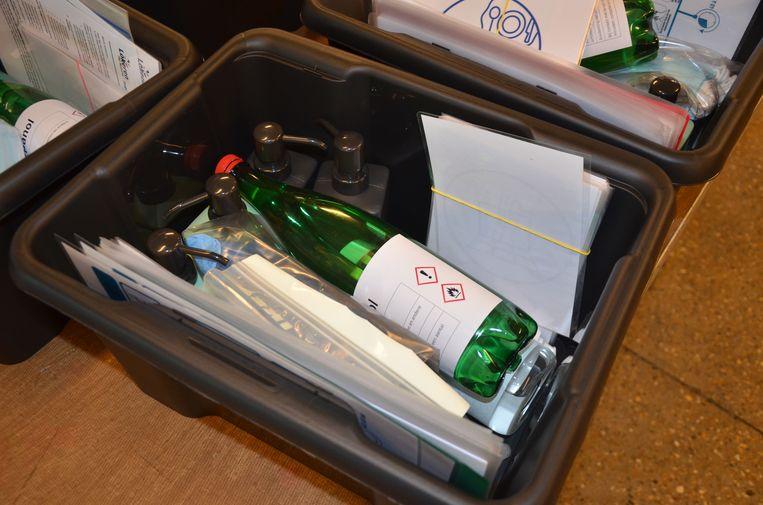 In de coronabox zitten praktische hulpmiddelen en het nodige hygiënemateriaal.