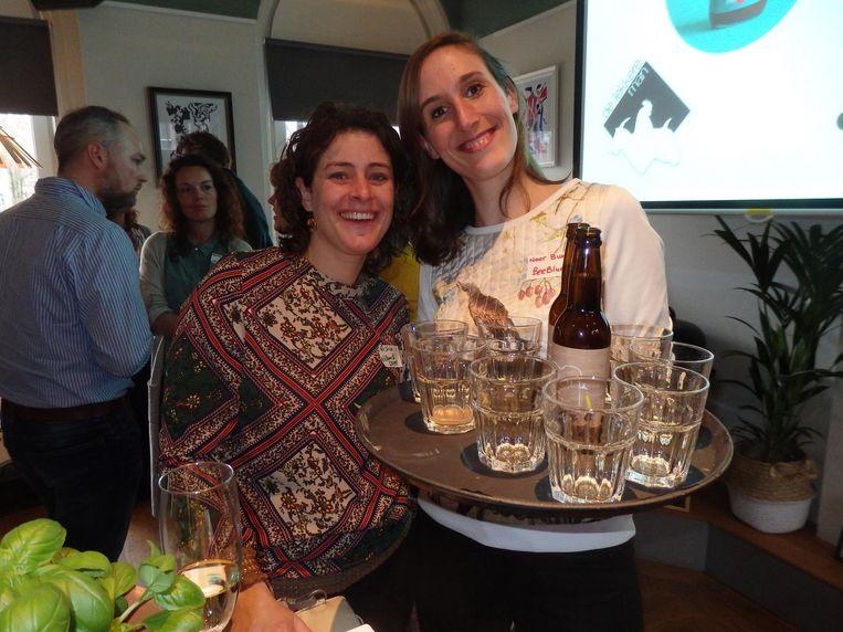 Saskia van der Laan (Willem&Drees) en Noor Buur (Bee Blue), die ale maakt van oud brood. 'En? Wat vind je ervan?' Nou ja, het blijft ale. Beeld Schuim