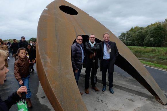 Liers cultuurschepen Ivo Andries, kunstenaar Ronald Mariën en Steven hazenbosch van de Gezinsbond aan de nieuwe kunstinstallatie MyLight.