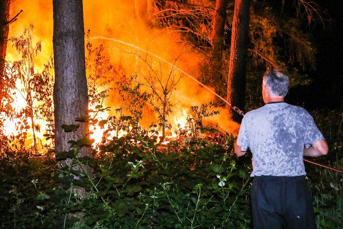 Vlak na de melding gingen omwonenden de brand  in het Matenpark in afwachting van de brandweer met tuinslangen te lijf.
