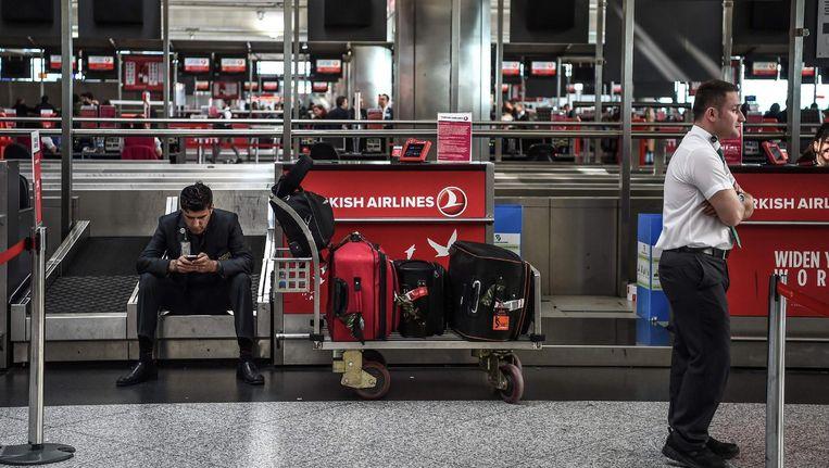 Wachtenden op het vliegveld van Istanbul Beeld afp