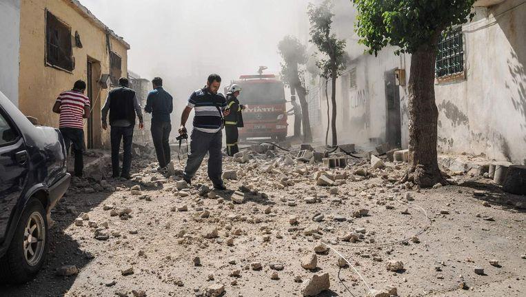 Bewoners bekijken schade na een raketinslag eerder deze maand. Beeld afp