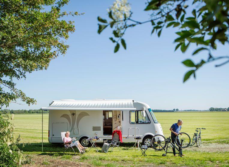 Arie en Tineke de Ruijter staan hier met hun camper geparkeerd in de buurt van Nagele. Beeld Jorgen Caris