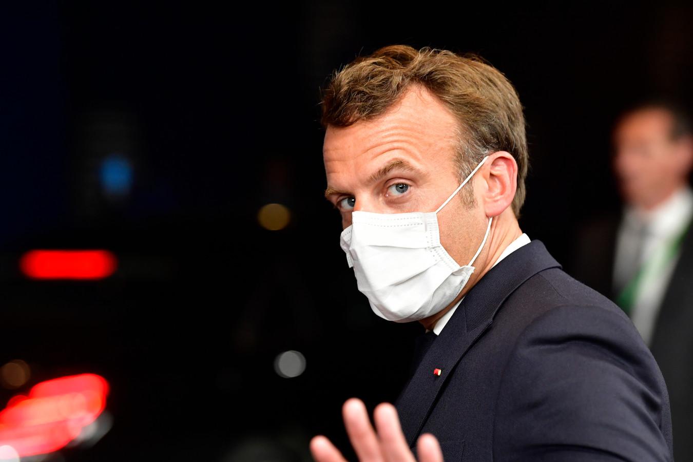 De Franse president Emmanuel Macron  bij het verlaten van het EU-gebouw in Brussel.