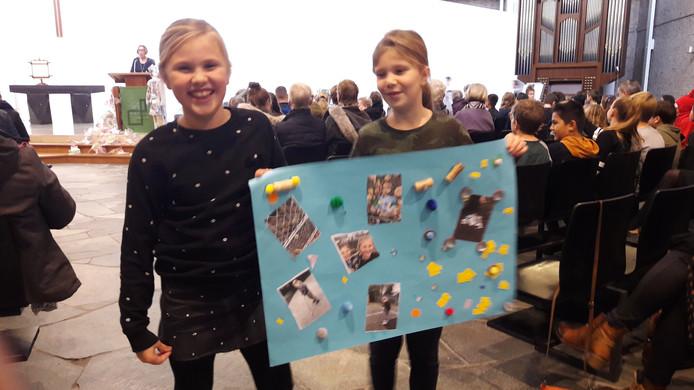 Solana en Jane tonen hun collage van foto's van afval.