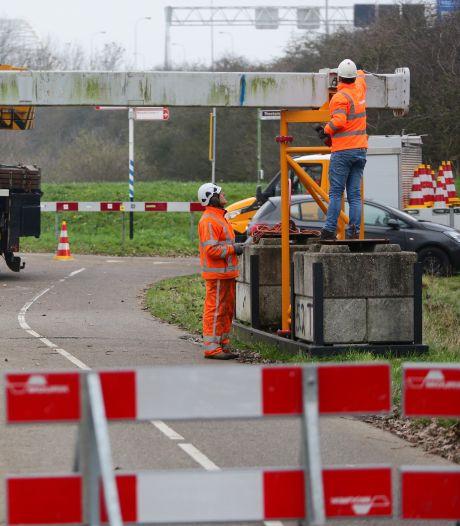 Een portaal op het fietspad, zo sluit Rijkswaterstaat de Merwedebrug af voor zware tractoren