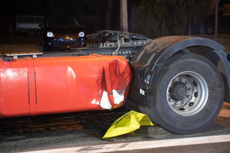 Bij de aanrijding is de brandstoftank van de vrachtwagen lekgeslagen.