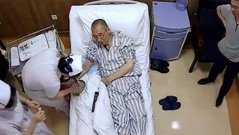 Een screenshot van een filmpje op YouTube toont de medische behandeling van een man van wie wordt verondersteld dat het Liu Xiabo is. Beeld Getty