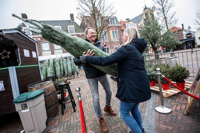 Jeroen de Bloois van restaurant Enjoy verkoopt nu kerstbomen op het Wilhelminaplein.