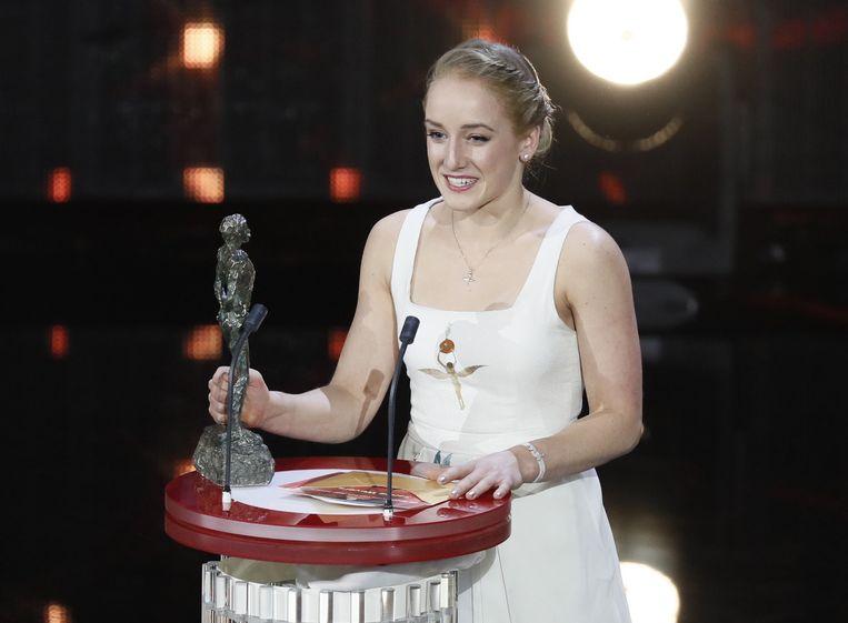 Sanne Wevers met haar prijs voor Sportvrouw van het jaar. Beeld anp