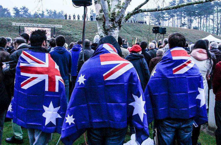 Enkele bezoekers met een Nieuw-Zeelandse of Australische vlag om de schouders.