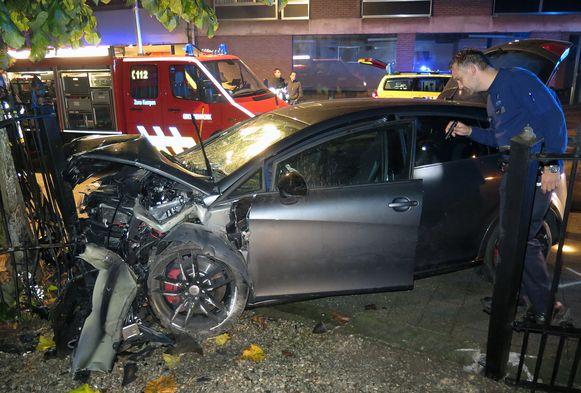 De politie onderzoekt de gecrashte wagen.
