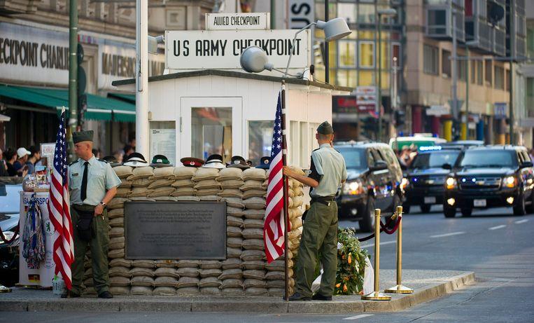 De Amerikaanse en Sovjetsoldaten die bij Checkpoint Charlie staan, zijn daar niet langer welkom.