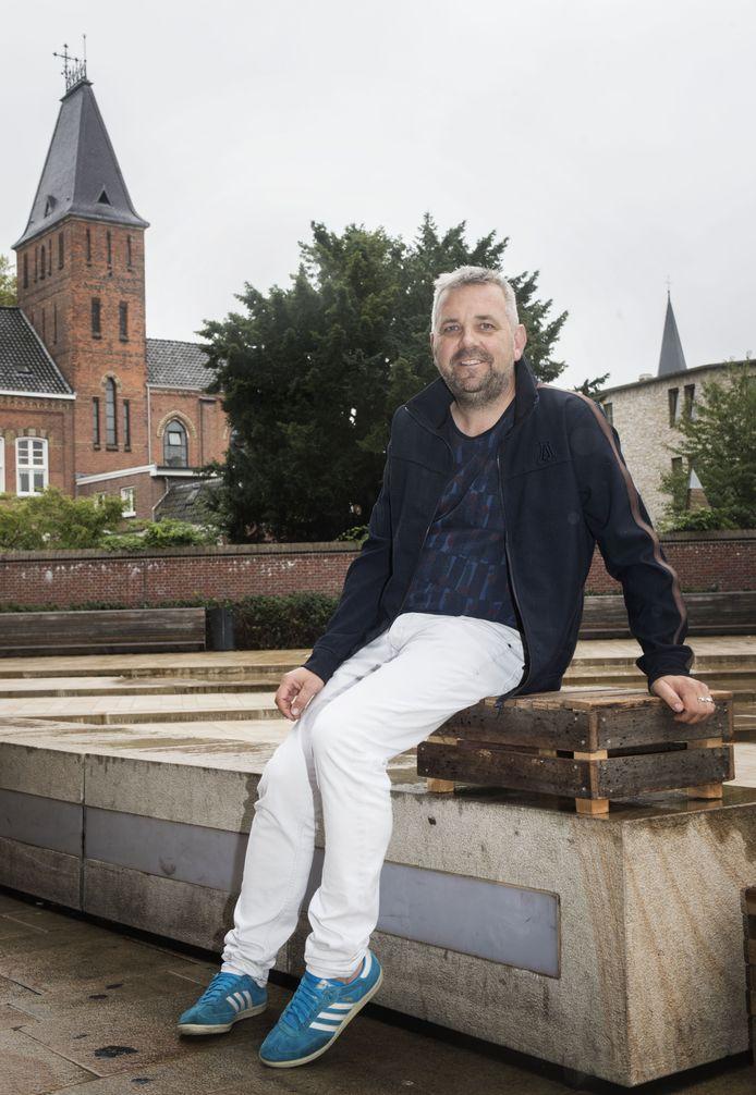 ENSCHEDE - Marcel Bok, nieuwe stadsprogrammeur op een sinasappelkistje. op het Wilminkplein. Hij wil daar een permanente zeepkist neerzetten voor iedereen die wat te zeggen of zingen heeft