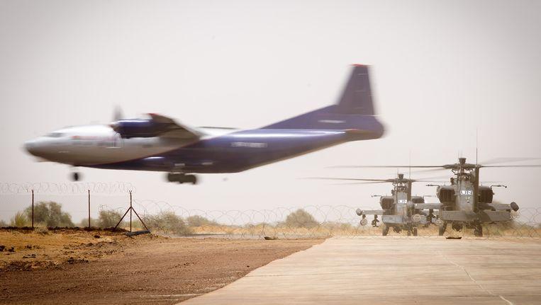 Nederlandse Apache gevechtshelikopters op het vliegveld van Gao in het noordoosten van Mali. Beeld ANP
