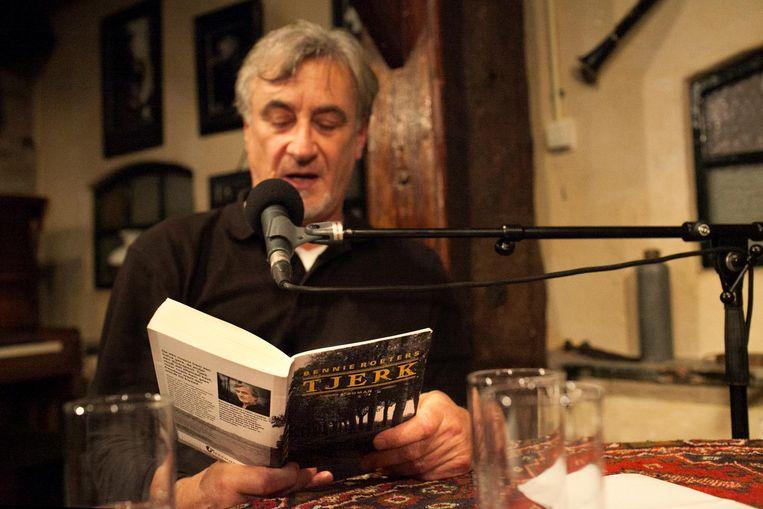 Schrijver Bennie Roeters op toernee, hier in café De Amer in Amen Beeld Gea Schenk