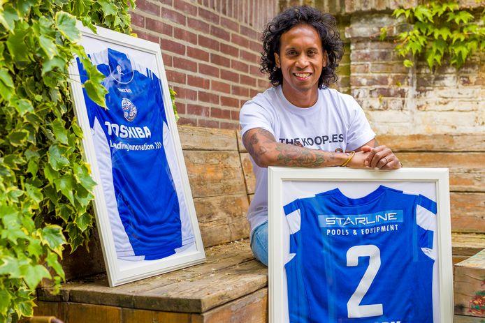 Justin Tahapary  tussen de shirts van FC Den Bosch en FC Eindhoven, de clubs waar hij als prof speelde.