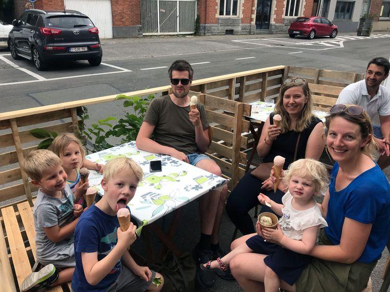 Zaterdagnamiddag zat het terras van Bar Deco al gezellig vol met onder andere een gezin met kinderen die zich verlekkerden aan een ijsje van de pas geopende bar.