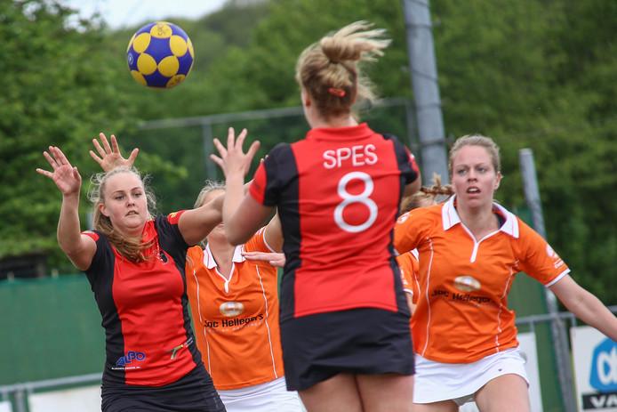 Archiefbeeld van SPES in duel met Oranje Wit.