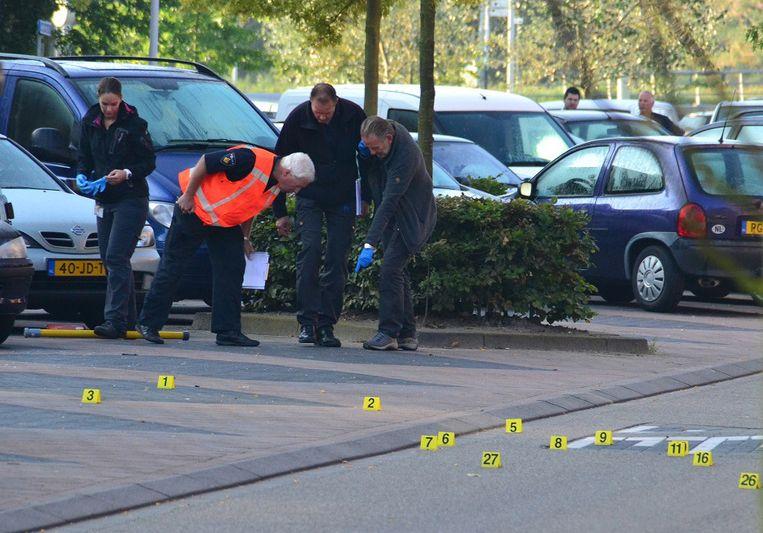 Rechercheurs doen sporenonderzoek in de Akkerbergstraat in Zwolle. Beeld anp