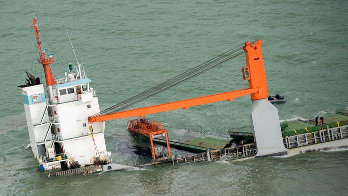 Het Nederlandse vrachtschip de Flinterstar dat voor de Belgische kust ligt wordt zo goed als zeker pas in het voorjaar geborgen.