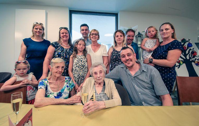 Simona De Wit vierde haar 100ste verjaardag een glaasje bubbels.