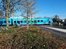 Man valt uit scootmobiel op spoor in Barneveld: machinist remt net op tijd