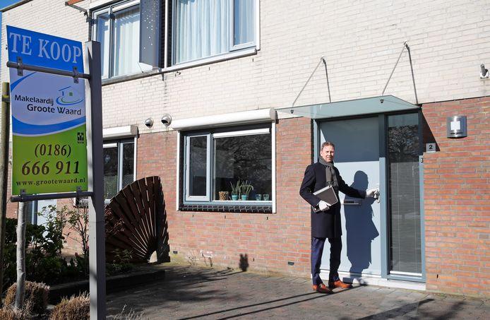 Serge Libeton gaat op bezoek bij een woning die te koop staat. ,,Er komen nu tien mensen af op een woning, waar dat er voorheen twintig waren.''
