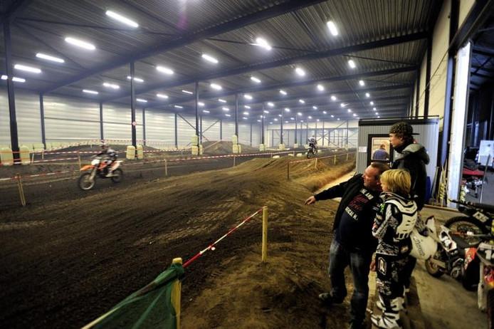 Toeschouwers en crossers langs de afrastering en op het grootste indoor-crosscircuit van de Benelux. foto's Robert van den Berge/het fotoburo