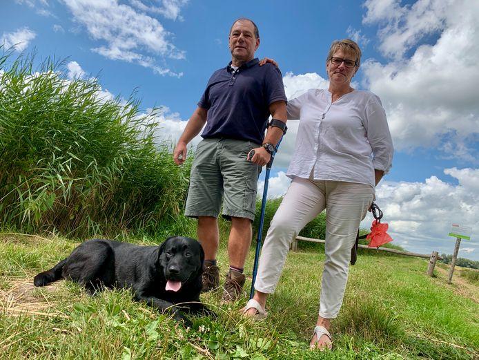 Mijndert en Corrie Weeda uit Lexmond wandelen graag met hond Sepp (3). Hard nodig om de spieren in de rug van Mijndert sterk te houden.