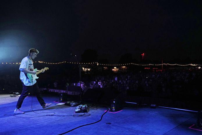 Sam Fender op het podium.