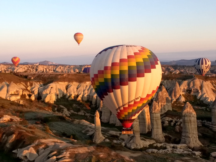Genieten van een prachtige zonsopkomst in Cappadocië, Turkije, doe je vanuit een luchtballon. Hoe anders?